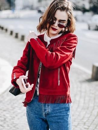 Как и с чем носить: красный замшевый бомбер, белая футболка с круглым вырезом с принтом, синие джинсы, черная кожаная сумка через плечо