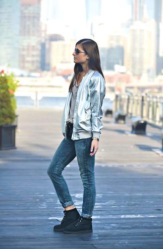 Как и с чем носить: серебряный бомбер, серая футболка с круглым вырезом, синие джинсы, черные замшевые ботинки на шнуровке