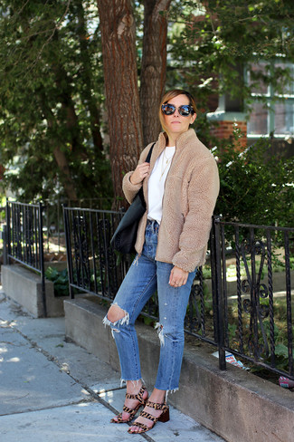 Как и с чем носить: светло-коричневый флисовый бомбер, белая футболка с круглым вырезом, синие рваные джинсы, светло-коричневые босоножки на каблуке из ворса пони с леопардовым принтом
