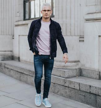 Как и с чем носить: черный замшевый бомбер, розовая футболка с круглым вырезом, темно-синие джинсы, голубые замшевые низкие кеды