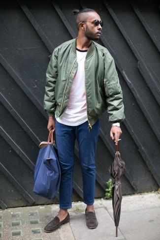 Как и с чем носить: оливковый бомбер, белая футболка с круглым вырезом, синие джинсы, темно-коричневые замшевые лоферы