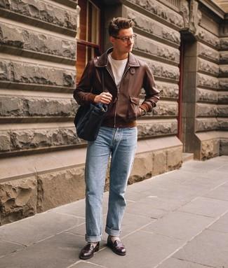 Как и с чем носить: коричневый кожаный бомбер, белая футболка с круглым вырезом, голубые джинсы, темно-коричневые кожаные лоферы