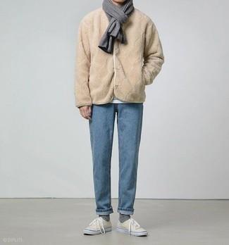 Белая футболка с круглым вырезом: с чем носить и как сочетать мужчине: Белая футболка с круглым вырезом и голубые джинсы будет прекрасной идеей для простого образа на каждый день. В этот ансамбль очень просто интегрировать бежевые низкие кеды из плотной ткани.