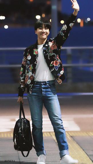 Модные мужские луки 2020 фото в стиле кэжуал: Черный бомбер с цветочным принтом и синие джинсы идеально подходят для воплощения городского образа на каждый день. Белые низкие кеды становятся великолепным дополнением к твоему луку.
