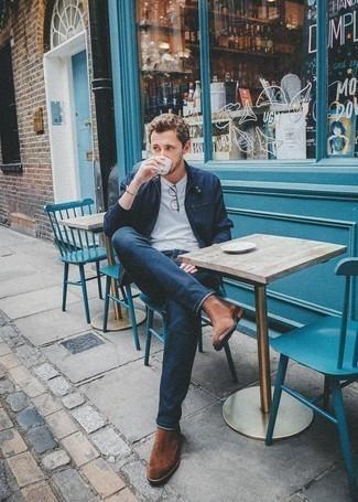 Коричневые замшевые ботинки челси: с чем носить и как сочетать мужчине: Поклонникам расслабленного стиля придется по вкусу тандем темно-синего бомбера и темно-синих джинсов. Любители свежих идей могут закончить ансамбль коричневыми замшевыми ботинками челси, тем самым добавив в него толику изысканности.