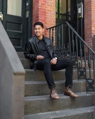 С чем носить черные джинсы мужчине: Ансамбль из черного кожаного бомбера и черных джинсов выглядит мужественно и по моде. Не прочь сделать образ немного строже? Тогда в качестве обуви к этому луку, выбери коричневые кожаные повседневные ботинки.