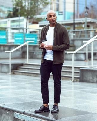 Мужские луки: Удобное сочетание оливкового вязаного бомбера и черных джинсов позволит выразить твою индивидуальность и выгодно выделиться из серой массы. Хотел бы добавить сюда немного строгости? Тогда в качестве обуви к этому луку, стоит обратить внимание на черные кожаные туфли дерби.