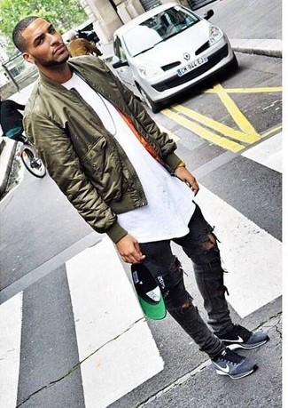 белая футболка с круглым вырезом в сочетании с темно-серыми рваными зауженными джинсами поможет подчеркнуть твой индивидуальный стиль. Выбирая обувь, можно немного побаловаться и завершить образ серыми замшевыми кроссовками.