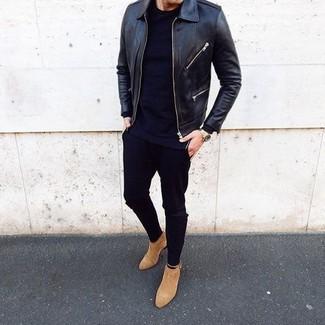 Как и с чем носить: черный кожаный бомбер, черная футболка с круглым вырезом, черные зауженные джинсы, светло-коричневые замшевые ботинки челси