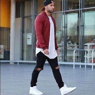 Как и с чем носить: красный стеганый бомбер, белая футболка с круглым вырезом, черные рваные зауженные джинсы, белые кожаные высокие кеды