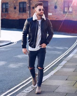 Как и с чем носить: черный кожаный бомбер, бело-черная футболка с круглым вырезом с принтом, черные рваные зауженные джинсы, серые замшевые ботинки челси