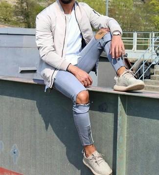 Как и с чем носить: бежевый бомбер, белая футболка с круглым вырезом, голубые рваные зауженные джинсы, бежевые кроссовки