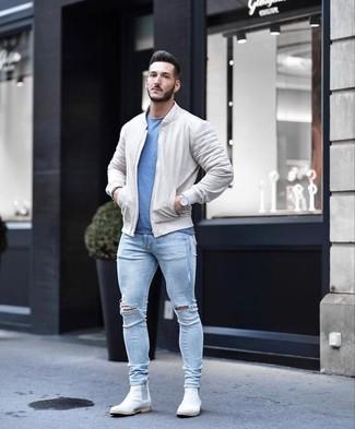Как и с чем носить: бежевый бомбер, синяя футболка с круглым вырезом, голубые рваные зауженные джинсы, белые замшевые ботинки челси