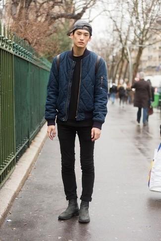Как и с чем носить: темно-синий стеганый бомбер, черная футболка с круглым вырезом, черные зауженные джинсы, черные кожаные ботинки челси