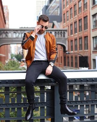Как и с чем носить: табачный бомбер, серая футболка с круглым вырезом, черные зауженные джинсы, черные кожаные ботинки челси