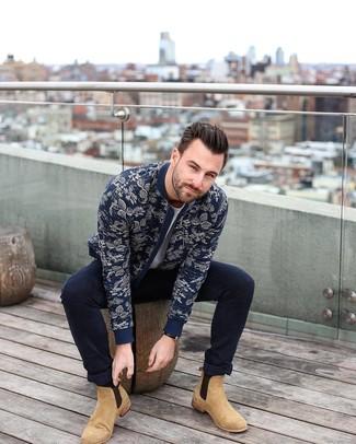 Как и с чем носить: темно-синий бомбер с цветочным принтом, серая футболка с круглым вырезом, темно-синие зауженные джинсы, светло-коричневые замшевые ботинки челси