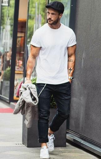 Как и с чем носить: серый бомбер, белая футболка с круглым вырезом, черные зауженные джинсы, белые низкие кеды из плотной ткани