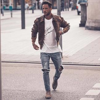 Как и с чем носить: коричневый шерстяной бомбер, бело-черная футболка с круглым вырезом с принтом, голубые рваные зауженные джинсы, серые замшевые ботинки челси