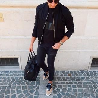 Как и с чем носить: черный бомбер, черная футболка с круглым вырезом, черные зауженные джинсы, светло-коричневые низкие кеды