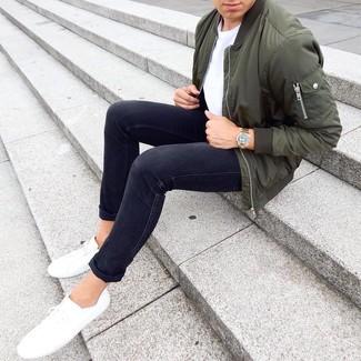 Как и с чем носить: оливковый бомбер, белая футболка с круглым вырезом, черные зауженные джинсы, белые низкие кеды
