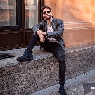 С чем носить темно-коричневые солнцезащитные очки мужчине: Черный кожаный бомбер и темно-коричневые солнцезащитные очки — хорошее решение для молодых людей, которые всегда в движении. В сочетании с темно-синими замшевыми ботинками челси такой ансамбль выглядит особенно удачно.