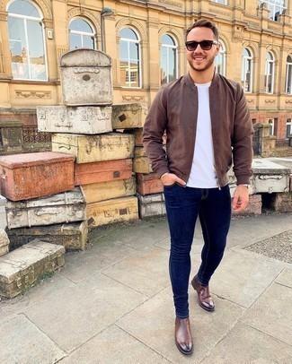 С чем носить коричневые кожаные ботинки челси мужчине: Коричневый бомбер в паре с темно-синими зауженными джинсами несомненно будет обращать на себя взоры прекрасного пола. Немного строгости и классики ансамблю добавит пара коричневых кожаных ботинок челси.