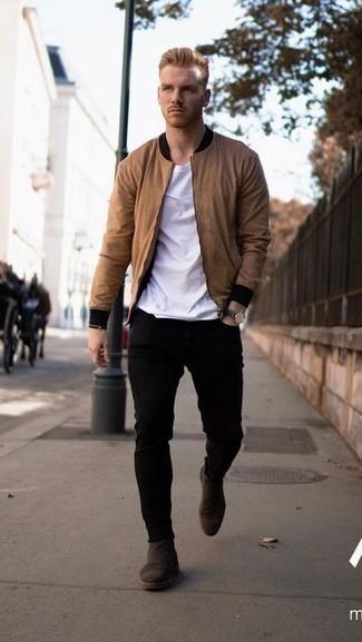 С чем носить темно-коричневые кожаные часы мужчине: Светло-коричневый бомбер и темно-коричневые кожаные часы помогут составить простой и функциональный образ для выходного в парке или вечера в пабе с друзьями. Думаешь добавить в этот лук толику изысканности? Тогда в качестве дополнения к этому ансамблю, обрати внимание на темно-коричневые замшевые ботинки челси.