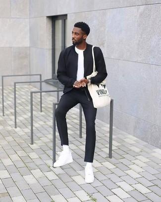 Как и с чем носить: черный бомбер, белая футболка с круглым вырезом, черные классические брюки, белые кожаные низкие кеды