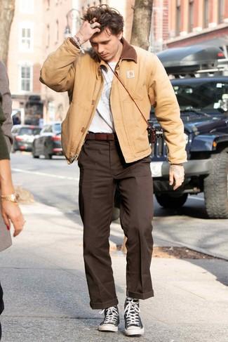 Темно-коричневые классические брюки: с чем носить и как сочетать мужчине: В светло-коричневом бомбере и темно-коричневых классических брюках можно сводить девушку в стильный ресторан или в театр или на балет. черно-белые высокие кеды из плотной ткани добавят луку непринужденности и динамичности.