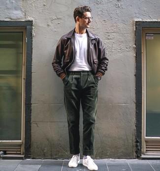 Как и с чем носить: темно-коричневый кожаный бомбер, белая футболка с круглым вырезом, темно-зеленые вельветовые классические брюки, белые низкие кеды