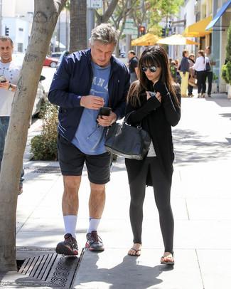 Как одеваться мужчине за 60: Привлекательное сочетание темно-синего бомбера и темно-синих спортивных шорт несомненно будет привлекать внимание прекрасных барышень. Подбирая обувь, можно немного пофантазировать и дополнить ансамбль черными кроссовками.
