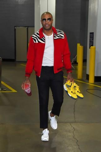 Как и с чем носить: красный бомбер, белая футболка с круглым вырезом, черные спортивные штаны, белые кроссовки