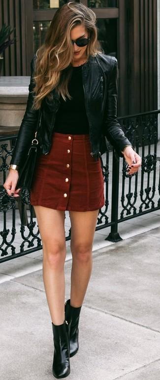 Как и с чем носить: черный кожаный бомбер, черная футболка с круглым вырезом, красная замшевая юбка на пуговицах, черные кожаные ботильоны