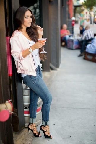 Как и с чем носить: розовый сатиновый бомбер, белая футболка с v-образным вырезом с принтом, синие джинсы скинни, черные замшевые босоножки на каблуке