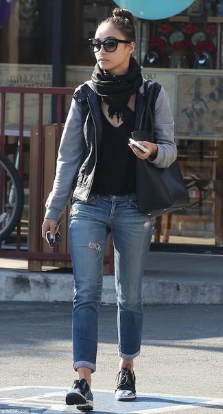 Как и с чем носить: черный кожаный бомбер, черная футболка с v-образным вырезом, синие рваные джинсы, черные кожаные туфли дерби