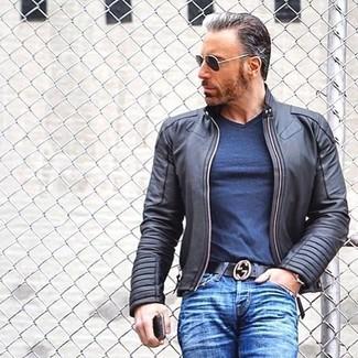 Как и с чем носить: черный кожаный бомбер, темно-синяя футболка с v-образным вырезом, синие джинсы, черный кожаный ремень