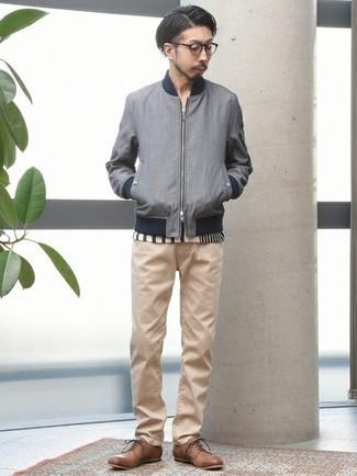 С чем носить серый бомбер мужчине: Поклонникам стиля casual будет по вкусу сочетание серого бомбера и светло-коричневых джинсов. Хочешь сделать образ немного элегантнее? Тогда в качестве дополнения к этому луку, стоит выбрать коричневые кожаные туфли дерби.