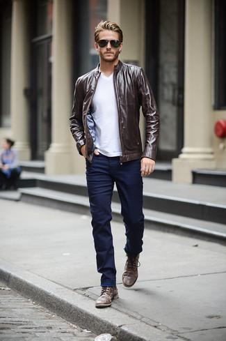 Как и с чем носить: темно-коричневый кожаный бомбер, белая футболка с v-образным вырезом, темно-синие зауженные джинсы, темно-коричневые кожаные повседневные ботинки