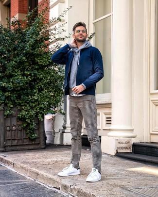 Как и с чем носить: темно-синий бомбер, серый худи, бело-черные брюки чинос в мелкую клетку, белые низкие кеды
