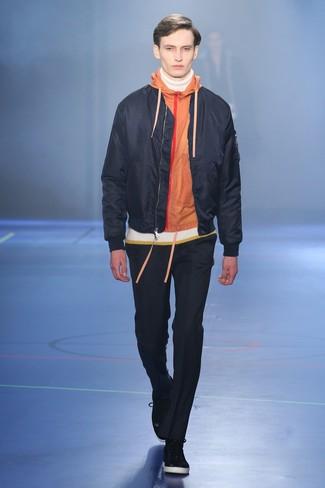 Модный лук: черный бомбер, оранжевый худи, белая водолазка, черные брюки чинос