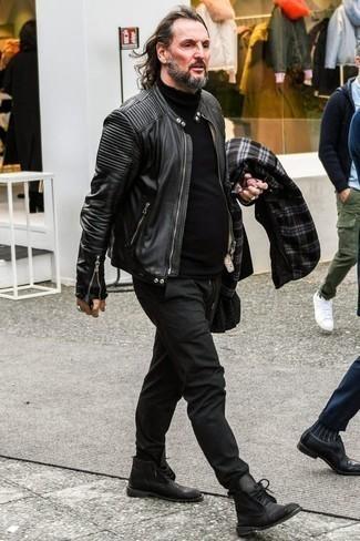 Куртка: с чем носить и как сочетать мужчине: Куртка и темно-серые брюки чинос — хороший вариант, если ты ищешь непринужденный, но в то же время модный мужской лук. Вкупе с этим ансамблем выигрышно выглядят черные кожаные ботинки дезерты.