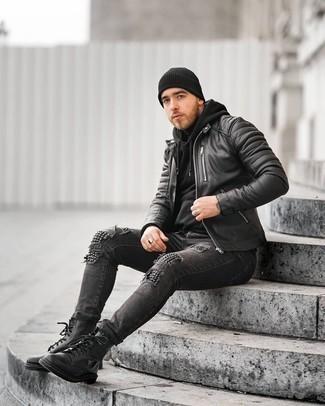 Модный лук: черный кожаный стеганый бомбер, черный худи, черная водолазка, темно-серые рваные зауженные джинсы