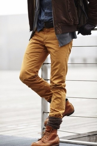 Как и с чем носить: коричневый кожаный бомбер, серый худи, темно-синяя джинсовая рубашка, светло-коричневые брюки чинос