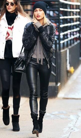 Как и с чем носить: черный кожаный бомбер, коричневый худи, черные кожаные джинсы скинни, черные замшевые ботильоны