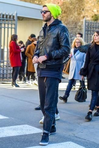 Куртка: с чем носить и как сочетать мужчине: Куртка и темно-синие джинсы — must have вещи в арсенале стильного современного жителя большого города. Пара темно-синих низких кед из плотной ткани чудесно гармонирует с остальными вещами из образа.