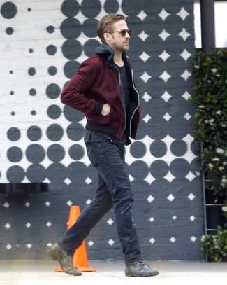 Как Ryan Gosling носит Темно-красный бомбер, Черный худи, Черная футболка с круглым вырезом, Черные джинсы