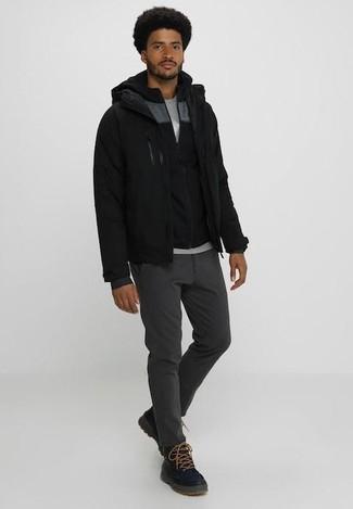 Модный лук: черный бомбер, черный худи, серая футболка с круглым вырезом, темно-серые брюки чинос