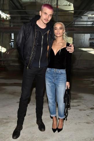 Как и с чем носить: черный бомбер, черный худи, черная футболка с круглым вырезом, черные зауженные джинсы