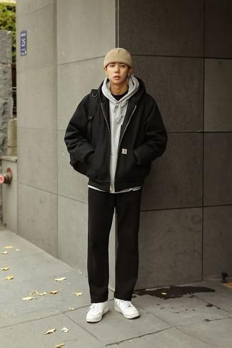 Модные мужские луки 2020 фото: Сочетание черного бомбера и черных брюк чинос как нельзя лучше подчеркнет твою мужественность. Если сочетание несочетаемого импонирует тебе не меньше, чем проверенная классика, дополни свой наряд белыми низкими кедами.