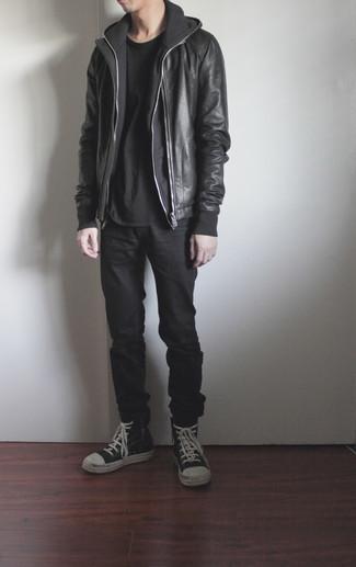 Мужские луки: Несмотря на то, что это достаточно не сложный лук, лук из черного кожаного бомбера и черных джинсов приходится по вкусу джентльменам, неизбежно покоряя при этом сердца представительниц прекрасного пола. Если сочетание несочетаемого привлекает тебя не меньше, чем безвременная классика, закончи этот образ черно-белыми кожаными высокими кедами.